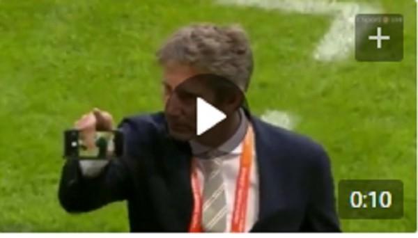 Ван дер Сар одной рукой ловит телефон, брошенный с трибуны