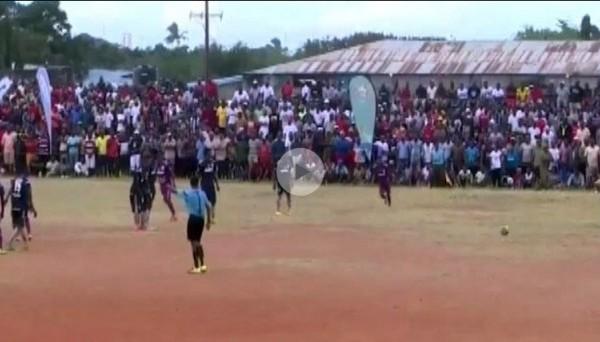 ВИДЕО ДНЯ: Болельщики устроили вакханалию после небывалого курьеза на футболе в Танзании