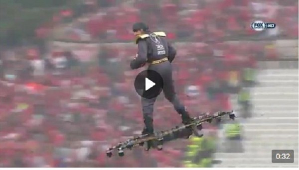 Летающий человек передал мяч судье перед финалом Кубка Португалии