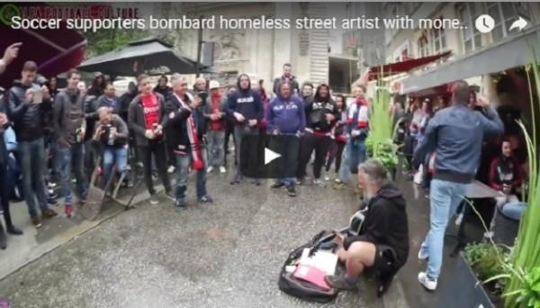Фанаты Аякса спели с бездомным и помогли ему заработать