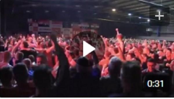 Фанаты Манчестер Юнайтед вылили в воздух десятки литров пива после гола Погба в ворота Аякса