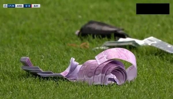 Болельщики «Баварии» забросали поле фальшивыми деньгами