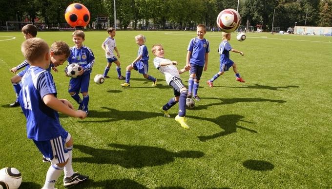 Скольки лет играют футбол